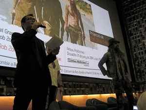 Àngel Sala resumint la trajectòria de Zombie abans de lliurar-li el guardó honorífic
